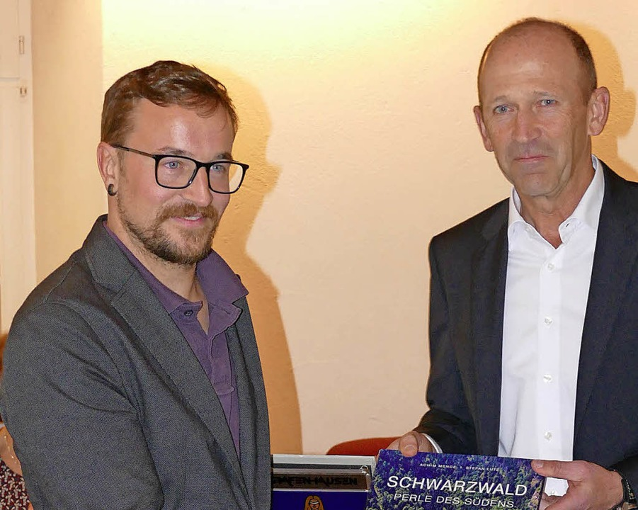 Sebastian Stiegeler (links) wurde von ...ger aus dem Gemeinderat verabschiedet.  | Foto: Juliane Kühnemund
