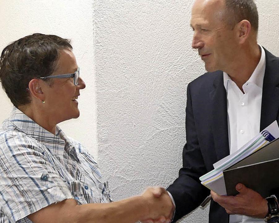Als  neue Gemeinderätin konnte Christian Behringer Claudia Friedrich begrüßen.   | Foto: jul