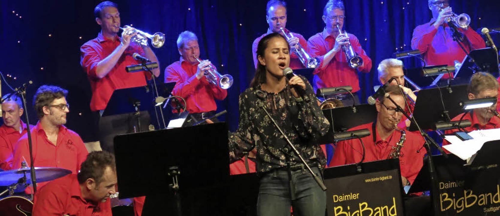 Sängerin Alexandra Jansen mit der Daimler Big Band  | Foto: Georg Voß