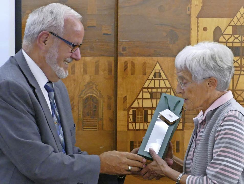 Bürgermeister Ernst Schilling überreic...emeinderatssitzung eine Flasche Sekt.     Foto: Lena Marie Jörger