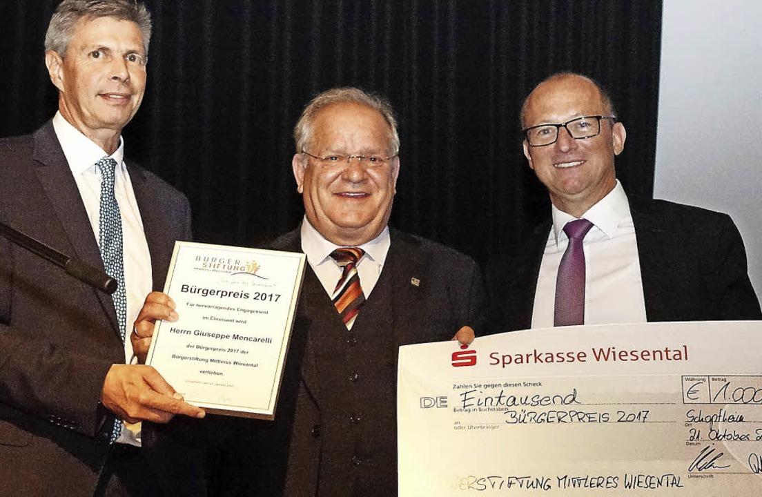 Ausgezeichnet: Im Rahmen der Benefiz-G...es Wiesental/rechts)  das Preisgeld.    | Foto: Hans-Jürgen Hege