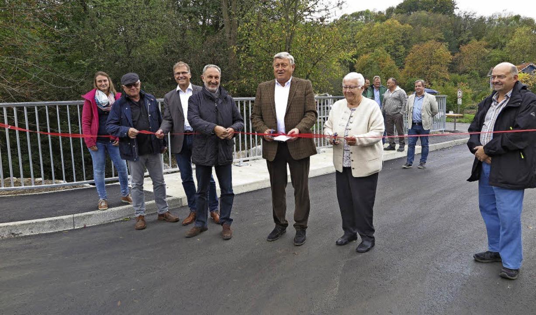 Die Hohlebachbrücke  ist jetzt wieder ...iden das symbolische rote Band durch.   | Foto: Dorothee Philipp