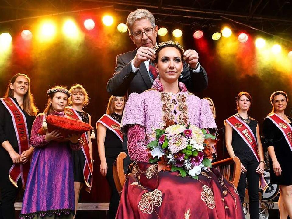 Konzentriert bei der Arbeit: Oberbürge... der Krönungszeremonie Lea Johannas I.  | Foto: Wolfgang Künstle