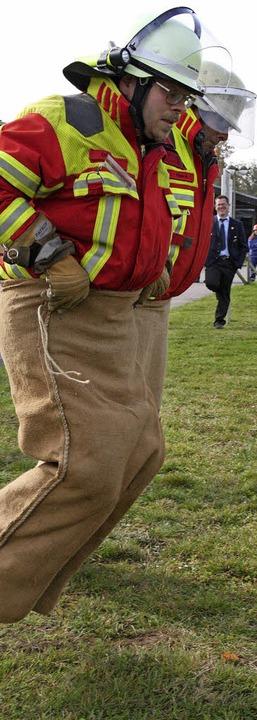 Bäuche einziehen: zwei Feuerwehrmänner der Abteilung Görwihl beim Sackhüpfen     Foto: Peter Schütz