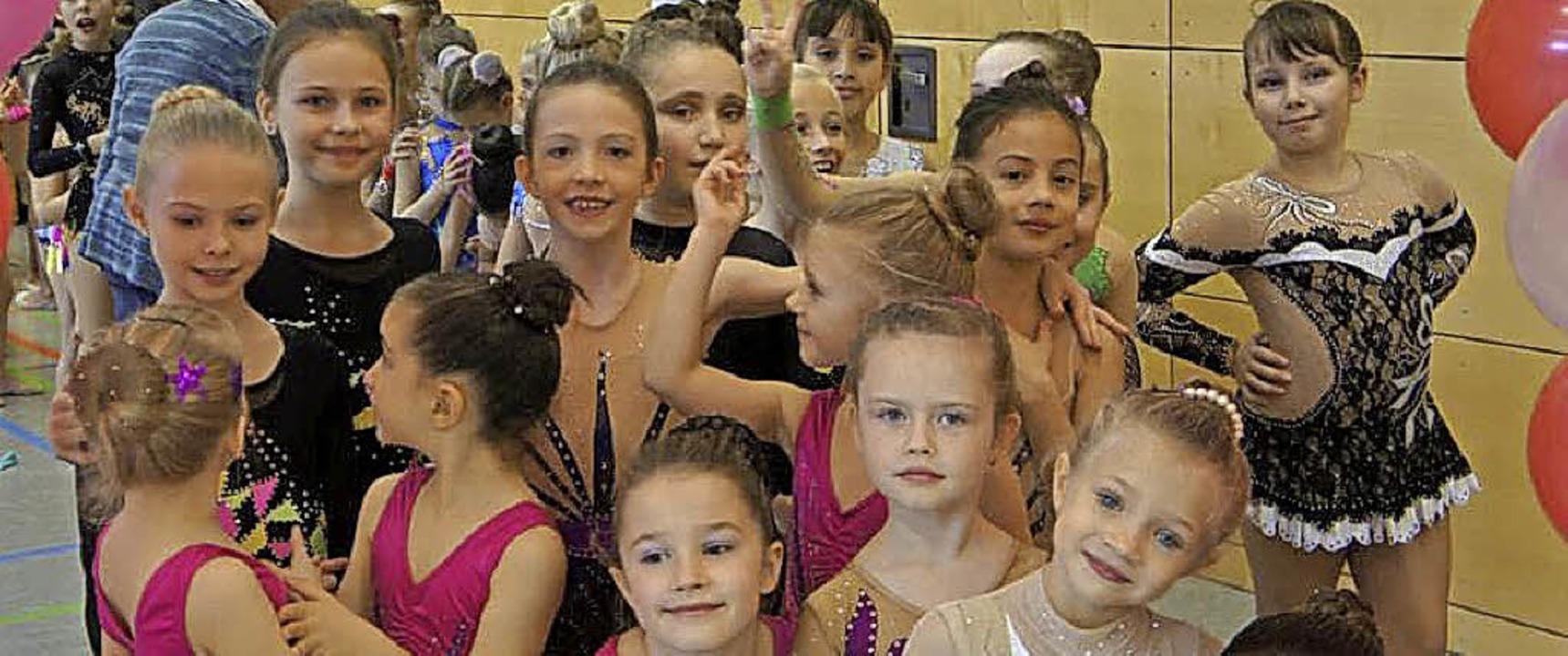Die Mädchen des ersten und zweiten Dur...r Siegerehrung ihrer Wettkampfklassen.    Foto: Reinhard Herbrig