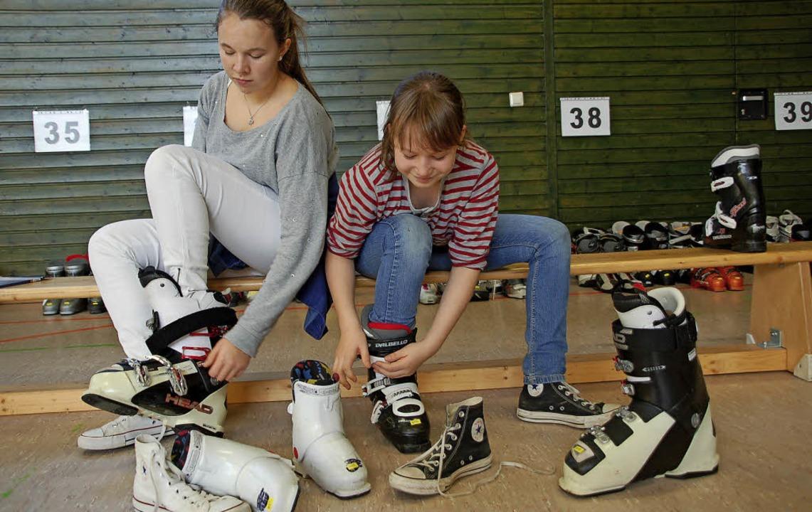 Der Skibasar in der Hebelhalle bot wie...große Auswahl bei Wintersportartikeln.    Foto: Petra Wunderle