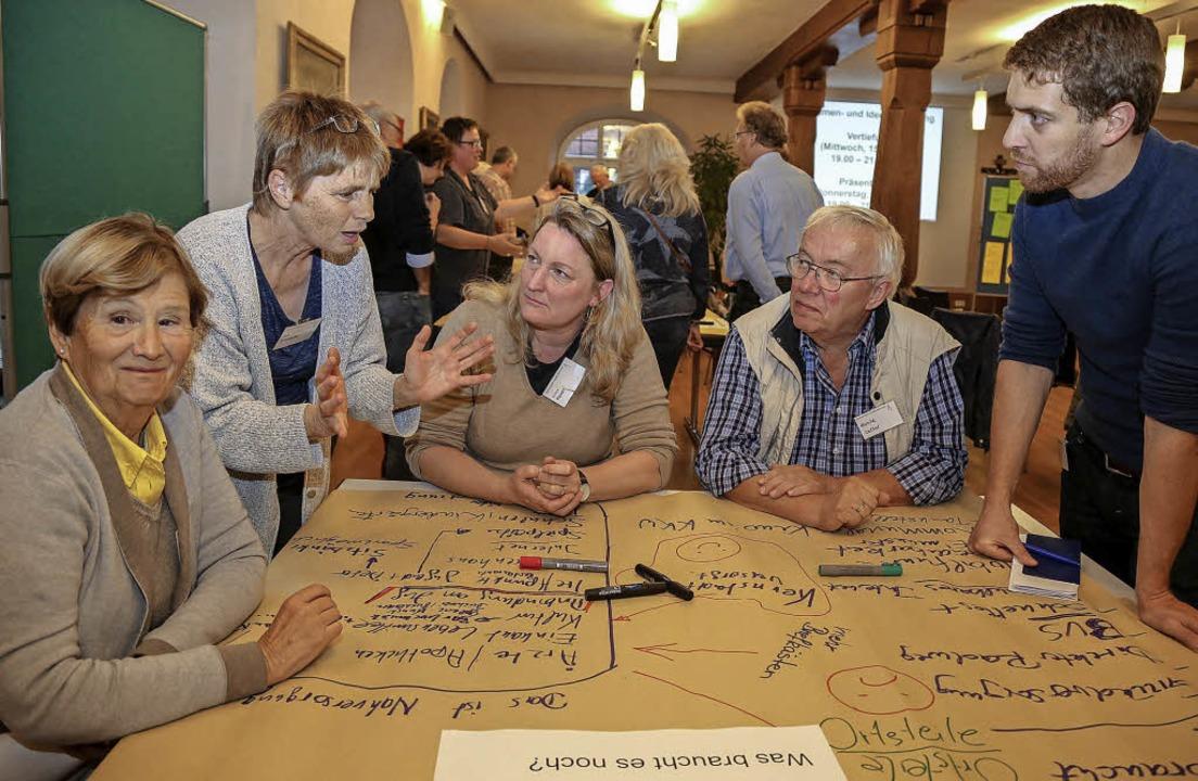 Arbeitsatmosphäre in der Bürgerwerkstatt im Rathaussaal.  | Foto: Sandra DEcouX-KOne