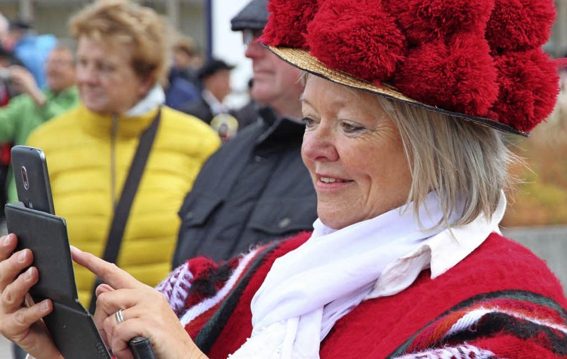 Sie hatte viel Spaß und sich eigens mit dem roten Bollenhut ausgestattet.    Foto: Eva Korinth