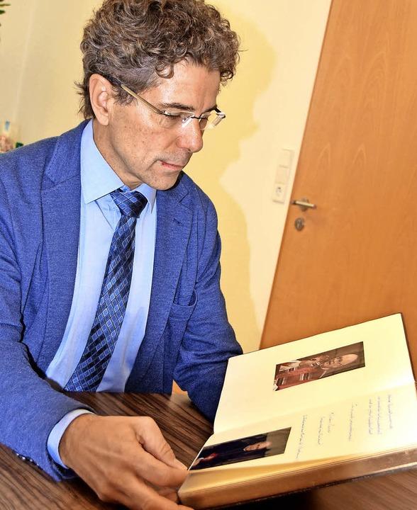 Harald Reinhard zeigt das Goldene Buch.   | Foto: Sarah Nöltner