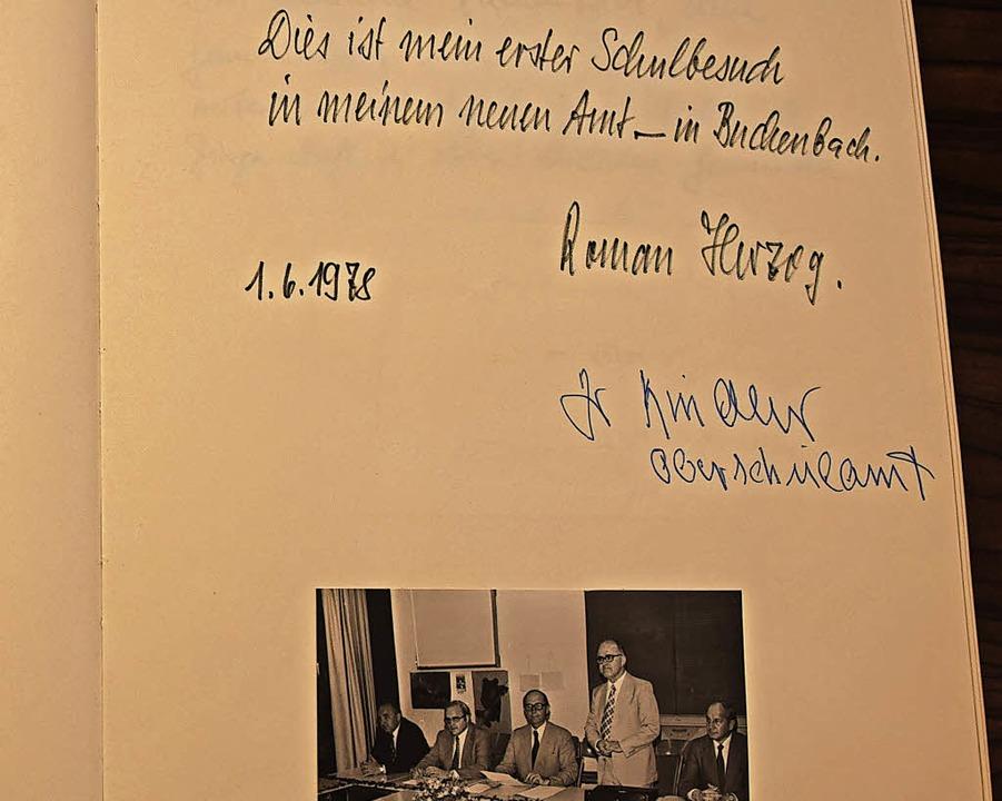 Roman Herzog, Ludger Reddemann und Gäs...an: Viele Besucher hinterließen Grüße.  | Foto: Sarah Nöltner