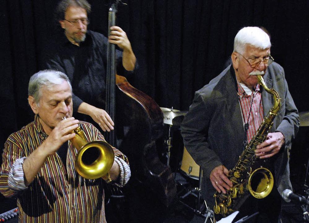 Der Trompeter und Flügelhornist Dusko ...tergrund Bassist Johannes Schaedlich.   | Foto: Thomas Loisl Mink