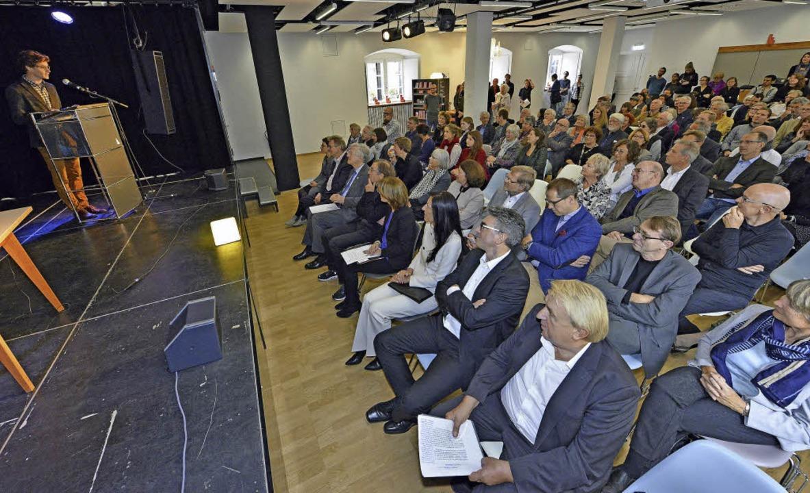 Literaturhausleiter Martin Bruch begrü...rn rechts:  Autor Hanns-Josef Ortheil   | Foto: m. Bamberger