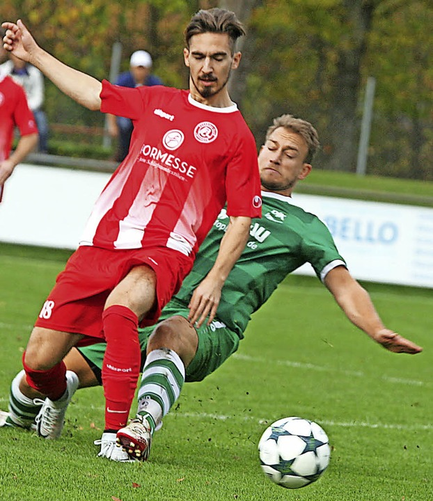 Löffingens Stürmer Kevin Hoheisel (lin...Spieler Pascal Beha unsanft gebremst.   | Foto: Dieter Reinhardt