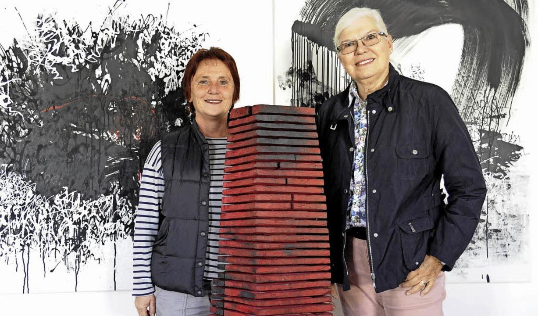 Christa Frey (rechts) zeichnet mit Tus...ie in der Galerie im Alten Rathaus aus  | Foto: Markus Zimmermann
