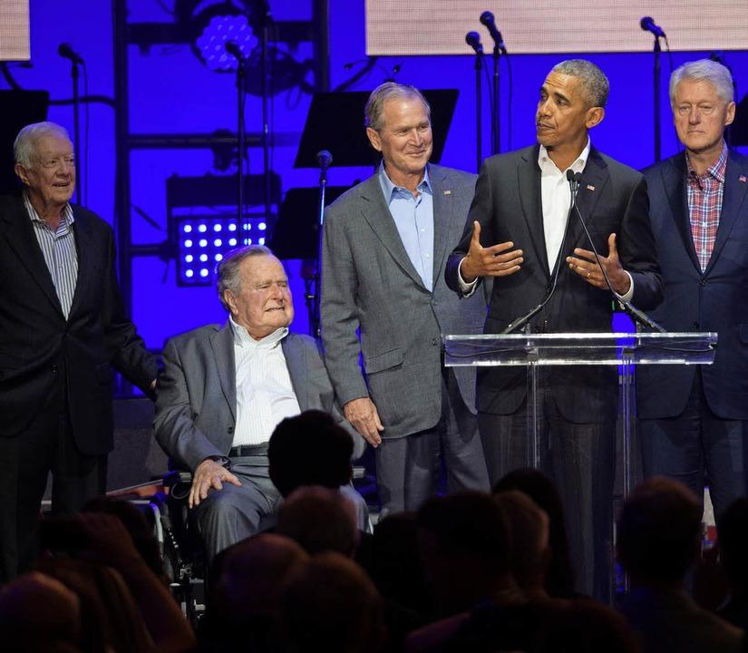 Fünf Ex-Präsidenten auf einer Bühne: J... Bush, Barack Obama und Bill Clinton.     Foto: AFP