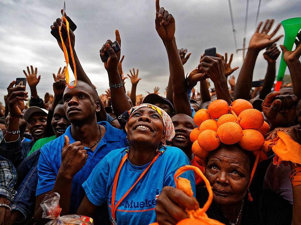 Anhänger hören in Nairobi einer Rede von Oppositionsführer Odinga zu.  | Foto: dpa