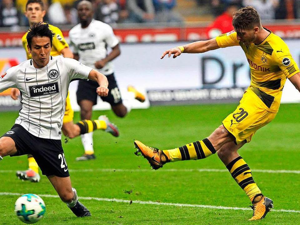 Der frühere Freiburger Maximilian Philipp (re.) trifft zum 2:0.  | Foto: AFP
