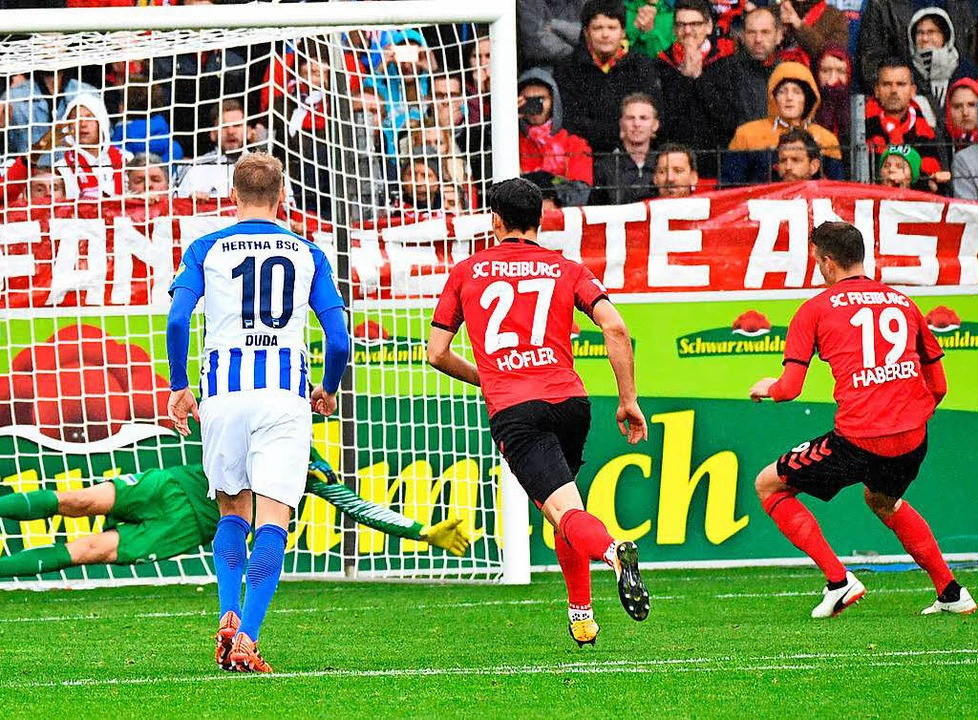 Elfmeter, Tor: Janik Haberer (rechts, ...) trifft zum 1:0 für den SC Freiburg.     Foto: Achim Keller