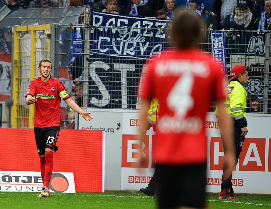 Julian Schuster von Freiburg wird bei ...rliner Fans mit Gegenständen beworfen.    Foto: dpa