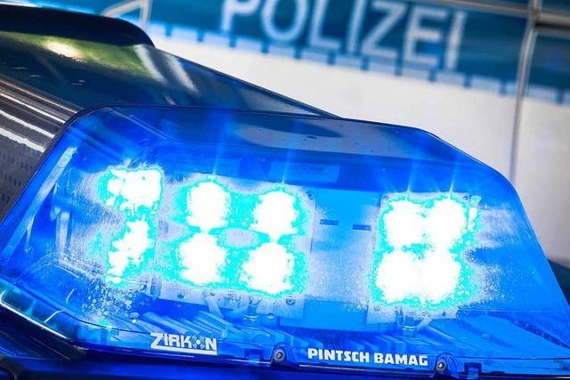 Frau baut betrunken einen Unfall und verletzt Polizisten