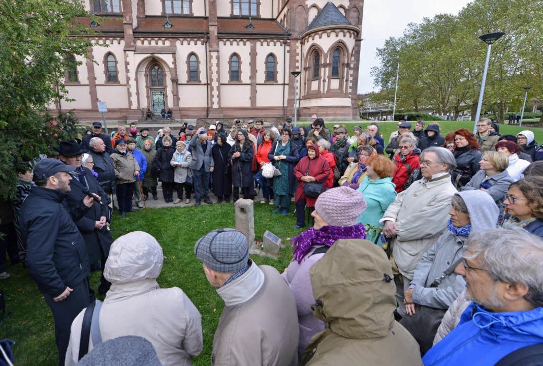 Reden und Gebete beim Gedenkstein am Stühlinger Kirchplatz.    Foto: Michael Bamberger