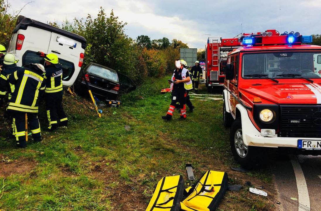 Der Fahrer des Citroën war  schwer verletzt im Fahrzeug eingeklemmt.    Foto: Feuerwehr Neuenburg