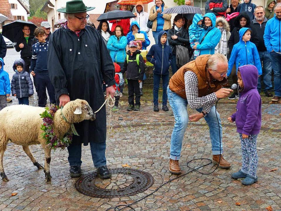 Schäfer Karl Heinz Schneider und Moder...imbach eines der teilnehmenden Kinder.    Foto: Aribert Rüssel
