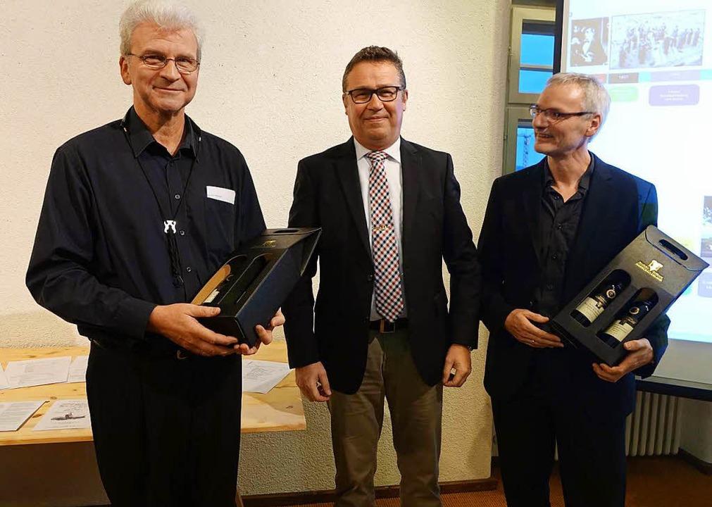 Bürgermeister Philipp Schmid (Mitte) d...rd Lenzing (links) und Walter Kösters.  | Foto: Roswitha frey