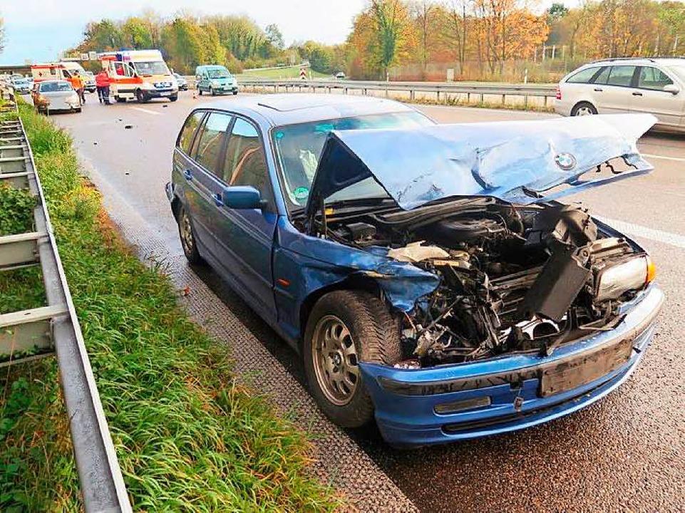 Der beschädigte BMW am Fahrbahnrand  | Foto: Polizeipräsidum Freiburg