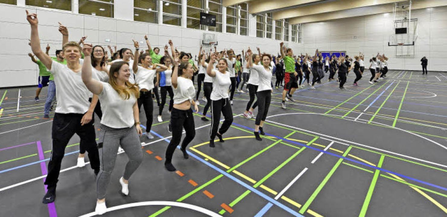 Schülerinnen und Schüler zeigten schon mal, wozu die neue Sporthalle gut ist.   | Foto: Michael Bamberger