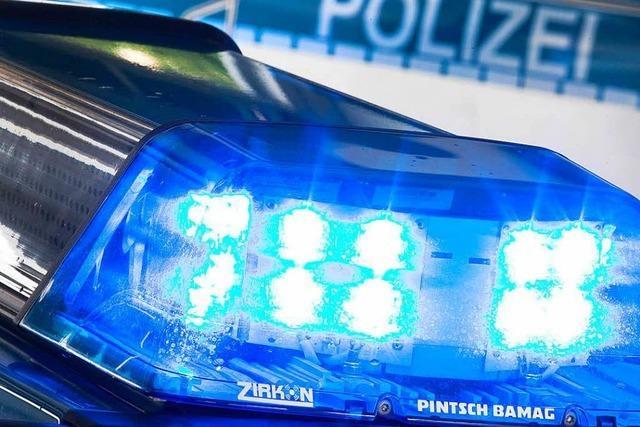 44-Jähriger wehrt sich heftig und tritt einen Polizeibeamten