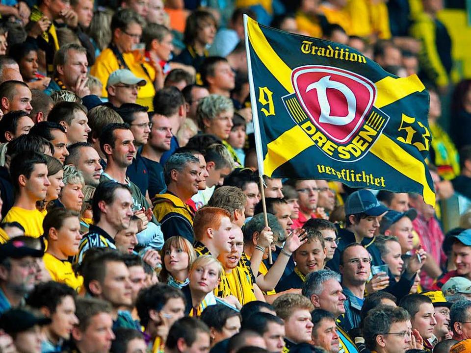 Der überwiegende Teil der Dynamo-Anhän...uert friedlich seine Mannschaft an ...  | Foto: dpa