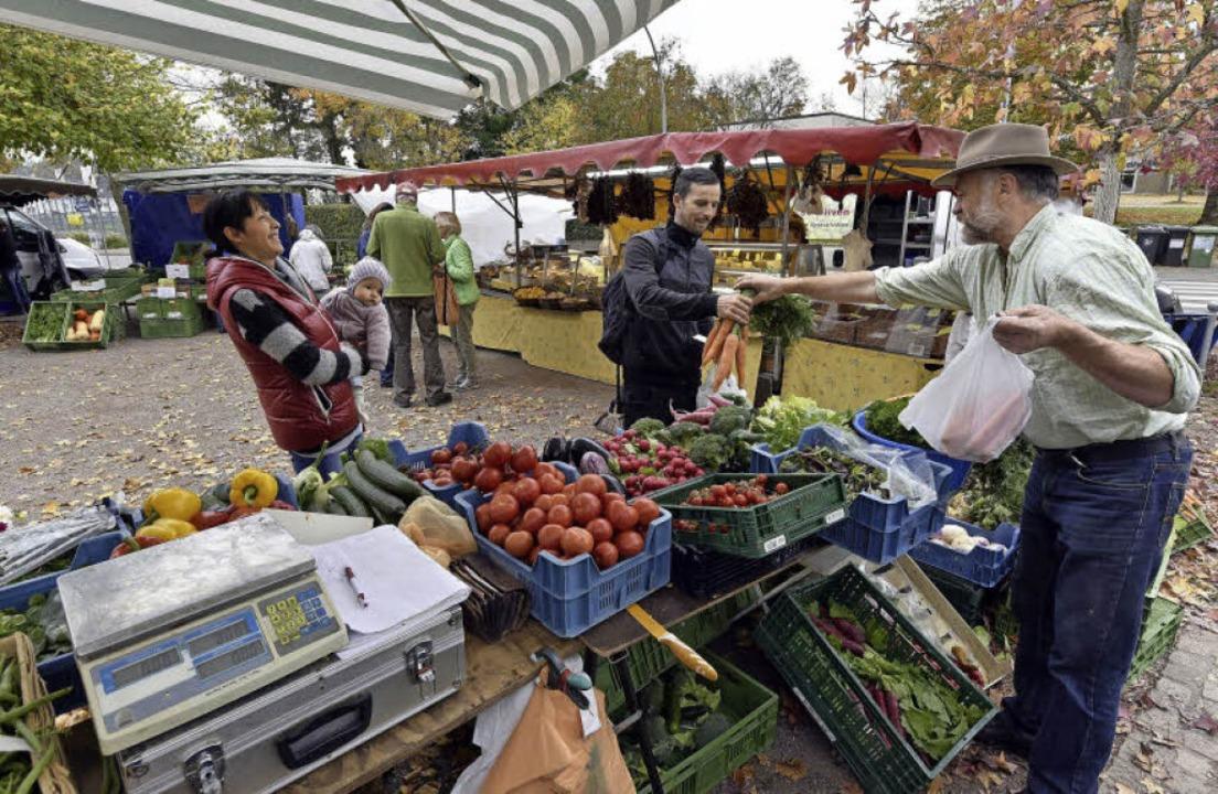 Karl Ducza (rechts) aus Wyhl verkauft ...Stand Obst und Gemüse aus der Region.   | Foto: Thomas Kunz