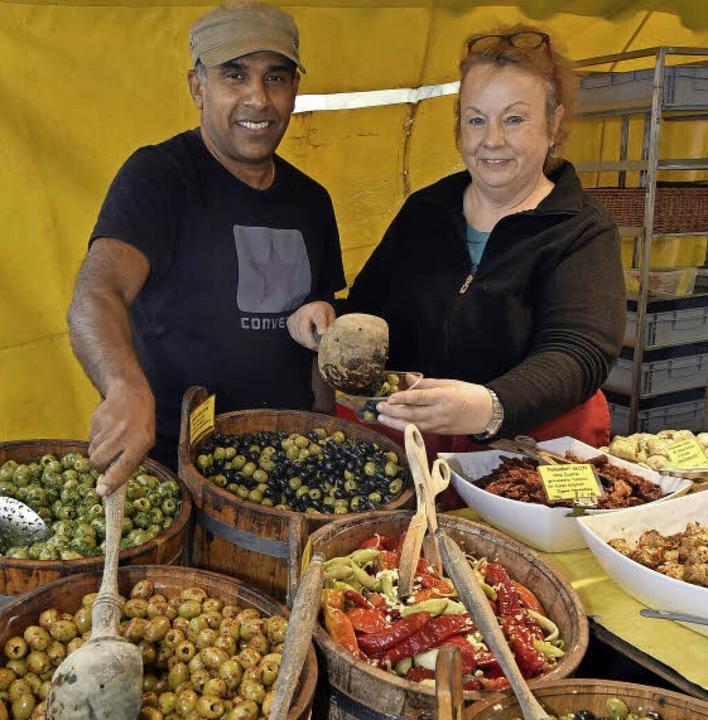Terrance und Ruth Fernando betreiben &...hausen verkauft frische Bioland-Waren.  | Foto: Thomas Kunz
