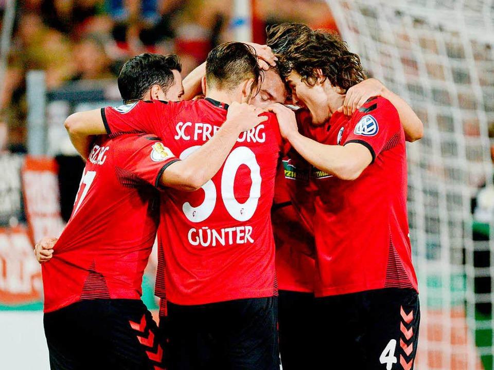 Die Freiburger bejubeln den Treffer von Janik Haberer zum 3:1-Endstand.    Foto: dpa