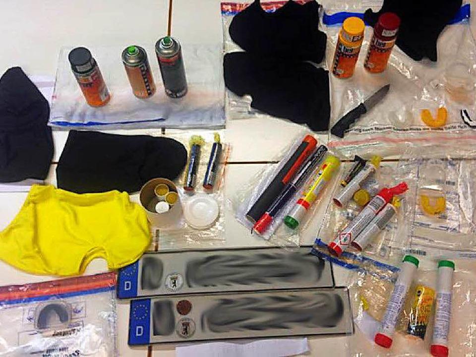 Ein Foto der Polizei Freiburg zeigt beschlagnahmte Gegenstände von Dynamo-Fans.  | Foto: Polizei Freiburg
