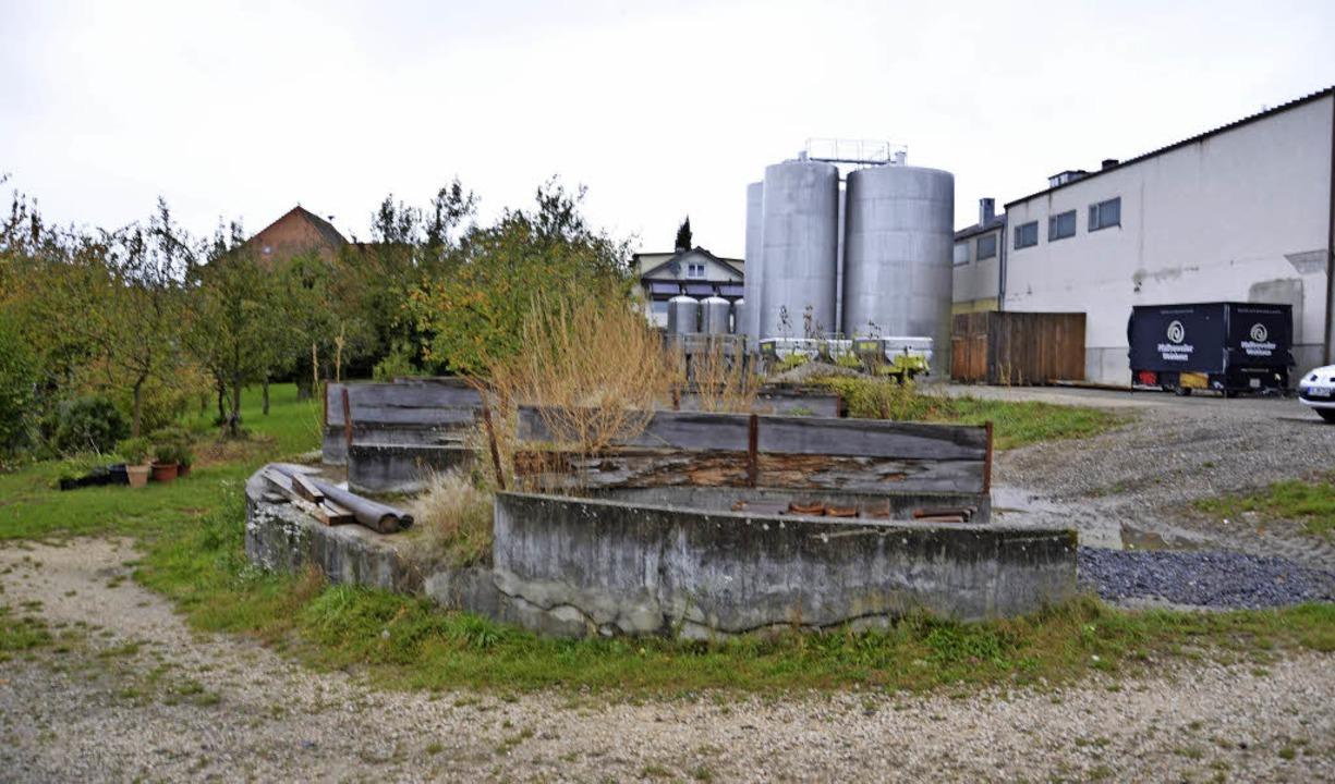 Die WG plant auf ihrem Gelände (rechts ab Ende der Mauer) eine Lagerhalle     Foto: Hesser