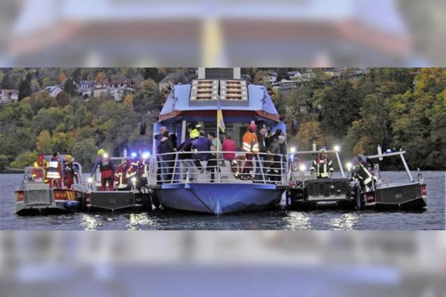 Kreis-Feuerwehrboote üben das Retten auf dem Rhein