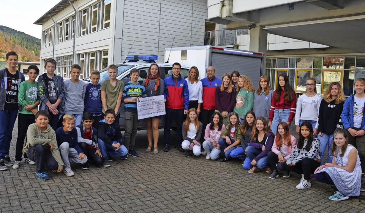 Über eine Spende in Höhe von 275 Euro ...rettung Julian Burgert (Mitte links).   | Foto: Christiane Sahli
