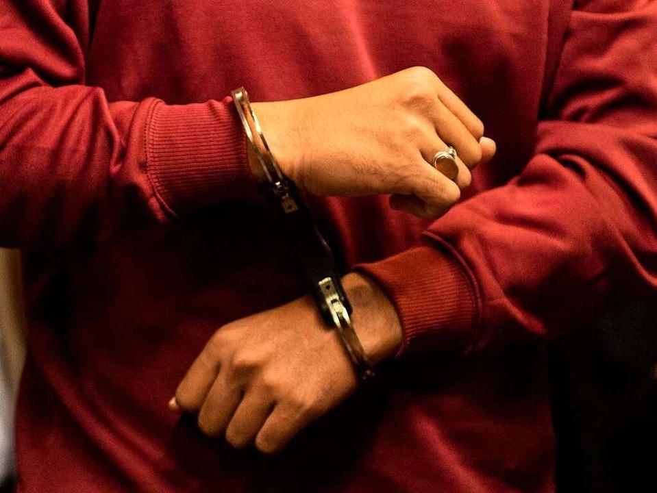 Der Angeklagte in Handschellen bei der Verhandlung  | Foto: dpa