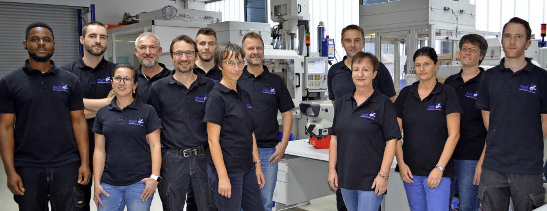 Die Belegschaft der Pfaff GmbH in der Maschinenhalle   | Foto: Nikolaus Bayer