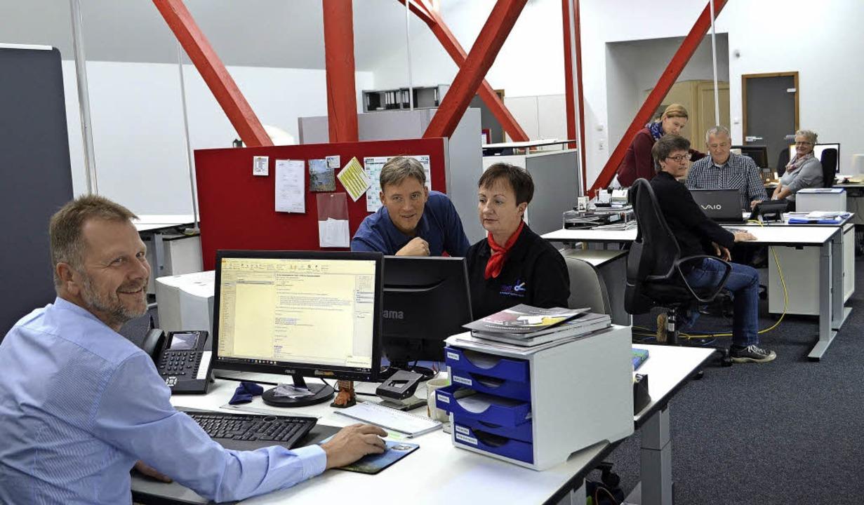 Firmenleitung und Bedienstete der Pfaf...n Open-Space-Büro jetzt Hand in Hand.   | Foto: N. Bayer