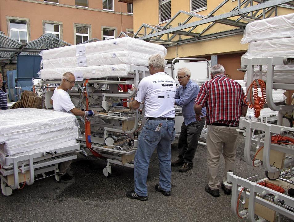 Verpackungsprofis des Klinikums bei der Arbeit   | Foto: Privat