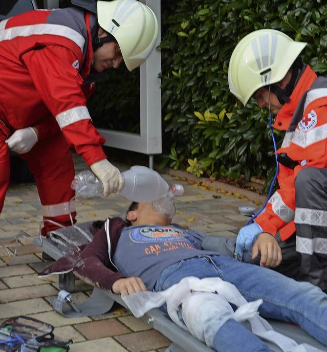 "DRK-Helfer versorgen die ""Verletzten"".    Foto: Benedikt Sommer"