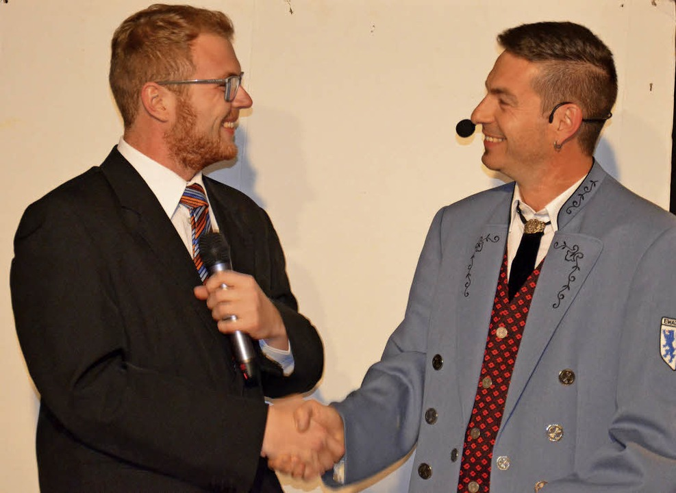 Handshake unter Kollegen: Wutachs Bürg...pp Keller) zum Wahlsieg in Stühlingen.    Foto: BZ