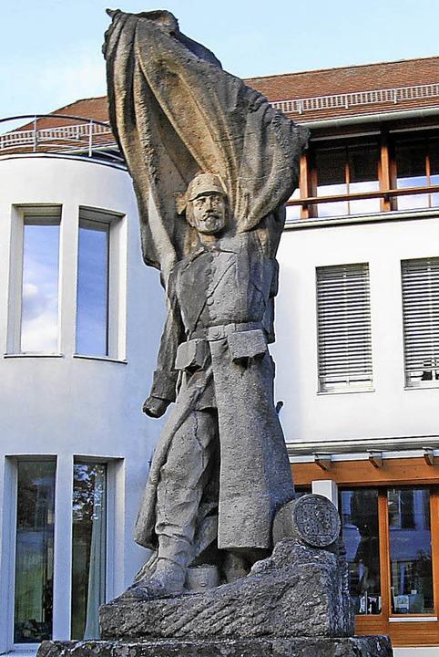 Anders als die Ehrenmale muss das alte...bau des Vogtsburger Rathauses weichen.    Foto: Herbert Trogus