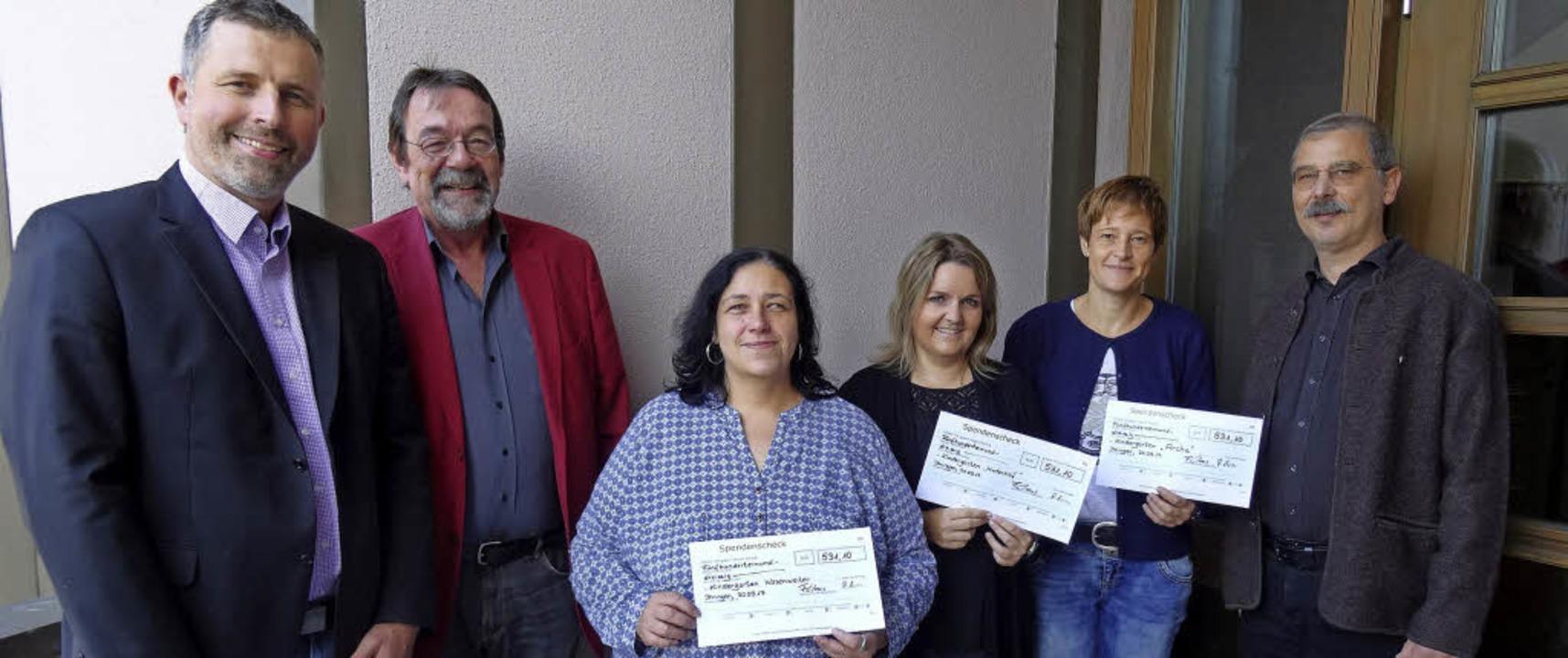 Pastor Frank Claus, Bürgermeister Mart... links) freuen sich über die Spenden.   | Foto: privat