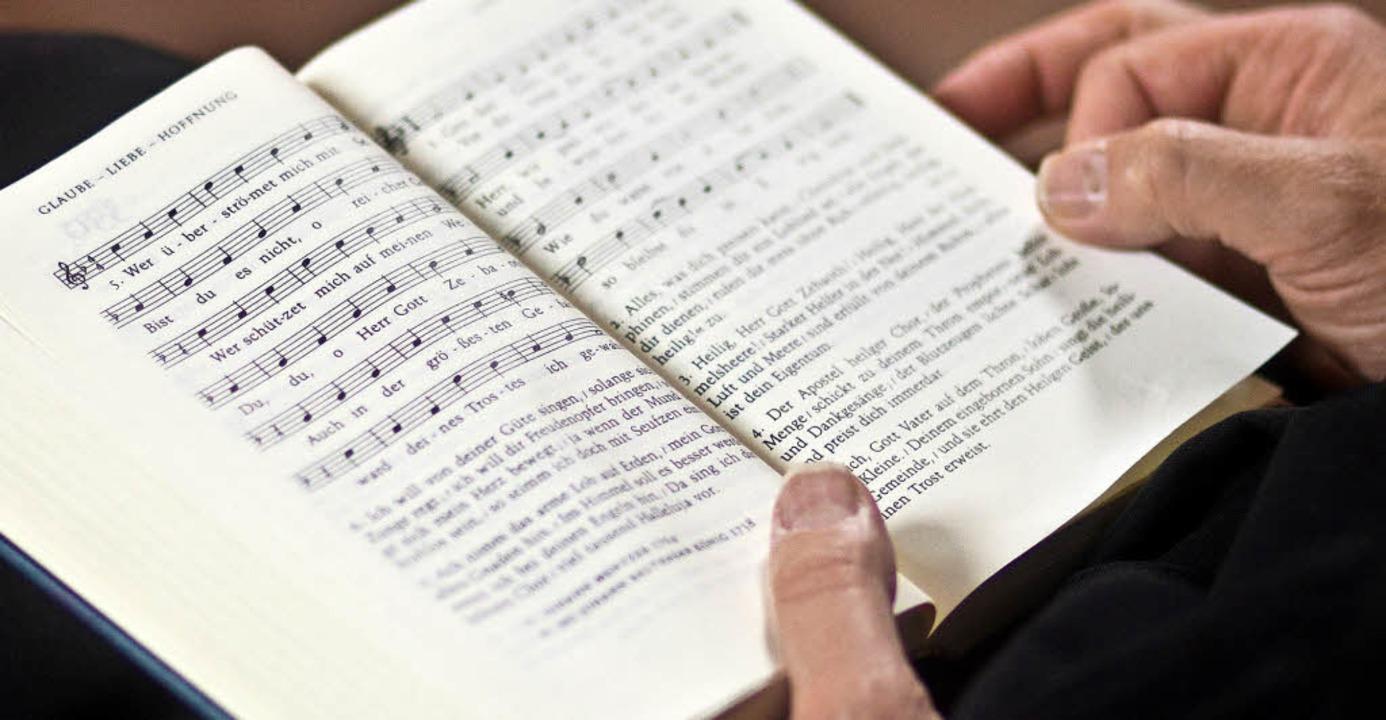 Ein wesentlicher Verdienst Luthers: Gesang im Gottesdienst.  | Foto: Dpa