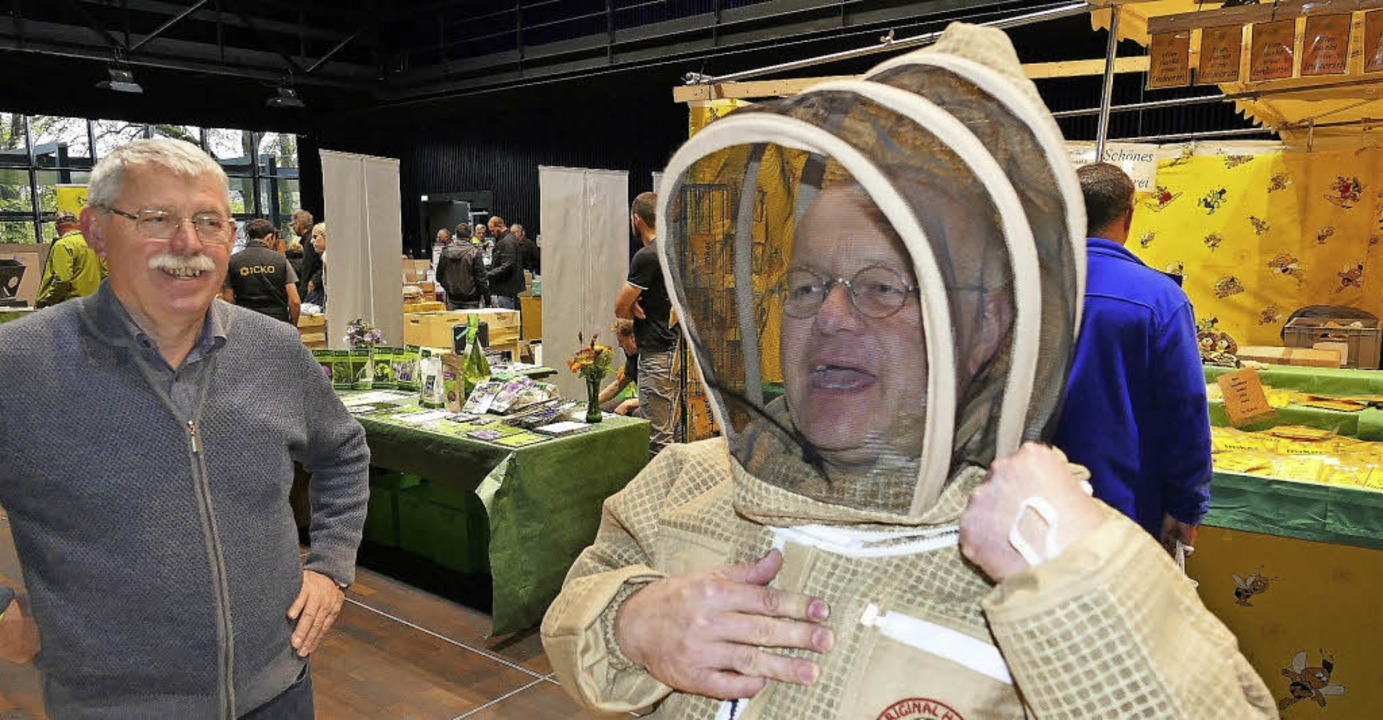 Selbst mal fühlen: Auch Besucher dürfen die neue Imkerbekleidung anprobieren.     Foto: Bombardi