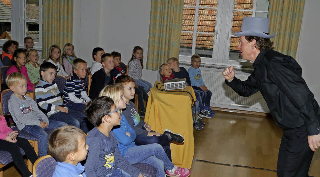 "Andreas Haas erzählte den aufmerksam l...anderem vom ""ollen Bach"".   | Foto: Christel Hülter-Hassler"